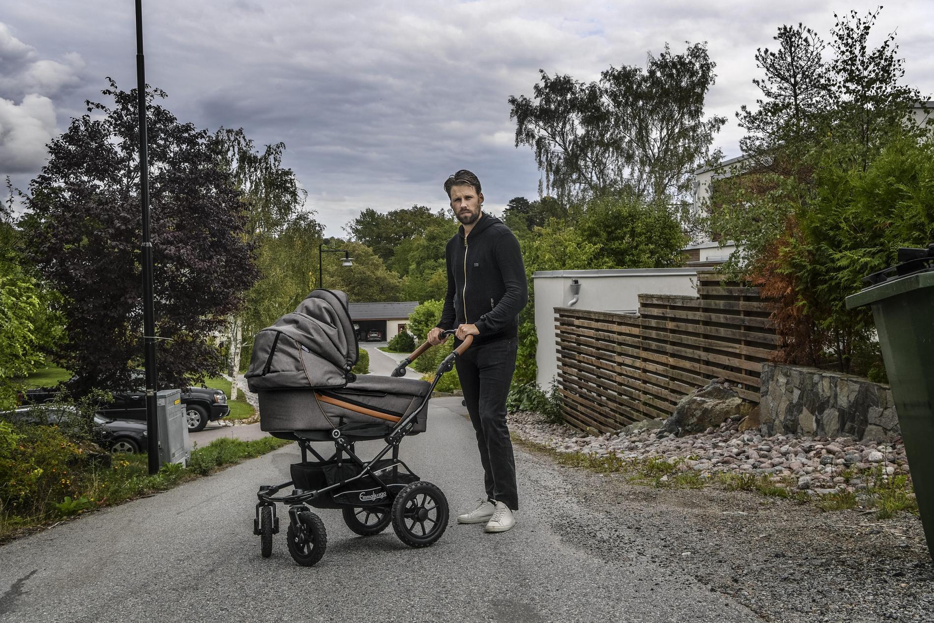 För ett år sedan rullade Dick Axelsson barnvagn istället för att spela hockey.