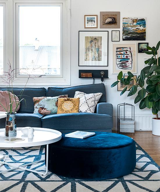 Effektiv planlösning, stora fönsterpartier och vackra detaljer ger kedjehuset karaktär och hemtrevnad.