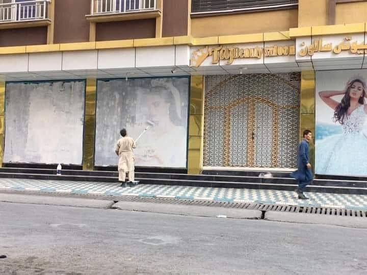 Kvinnor i ett skyltfönster målas över. Det är inte första gången det sker, även tidigare under talibanregimen var det samma sak. Bilden ska vara tagen i Afghanistan.