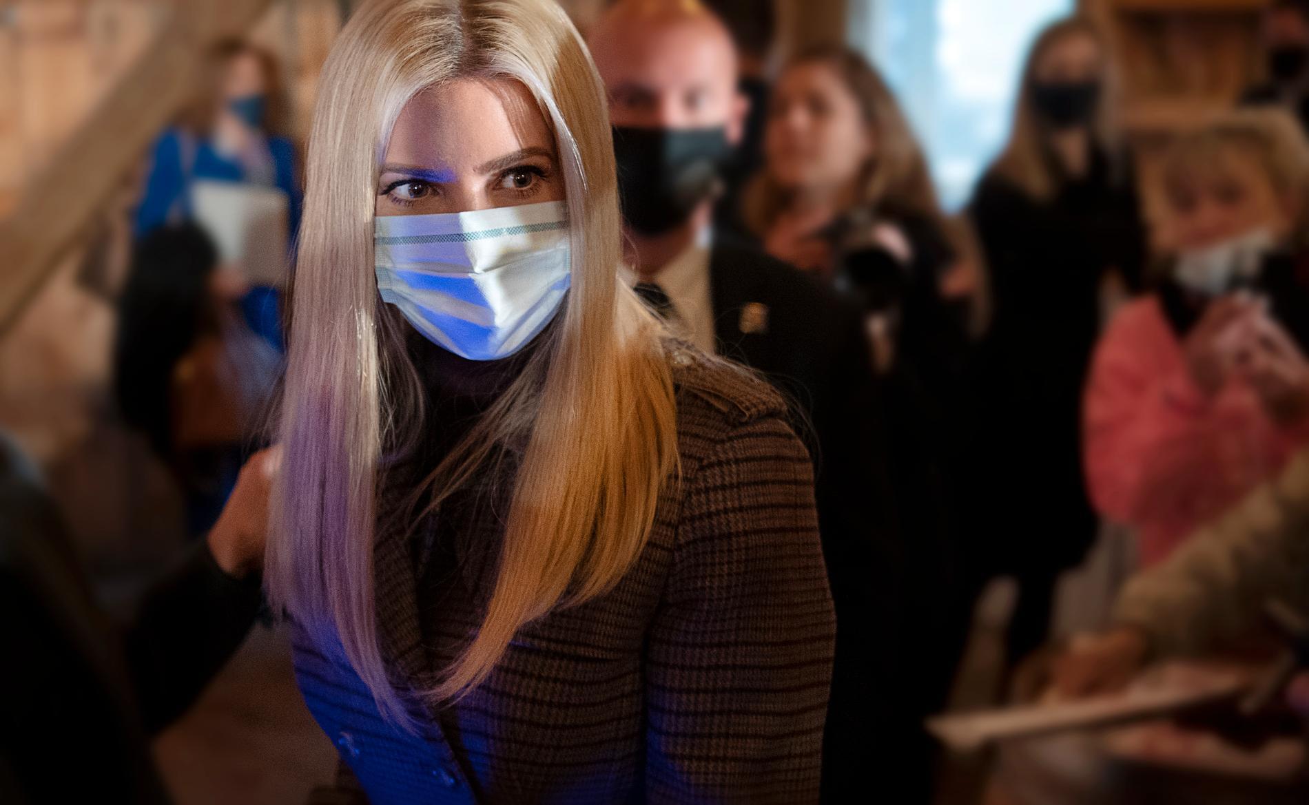 När Ivanka Trump klivit av scenen åker ansiktsmasken på direkt.