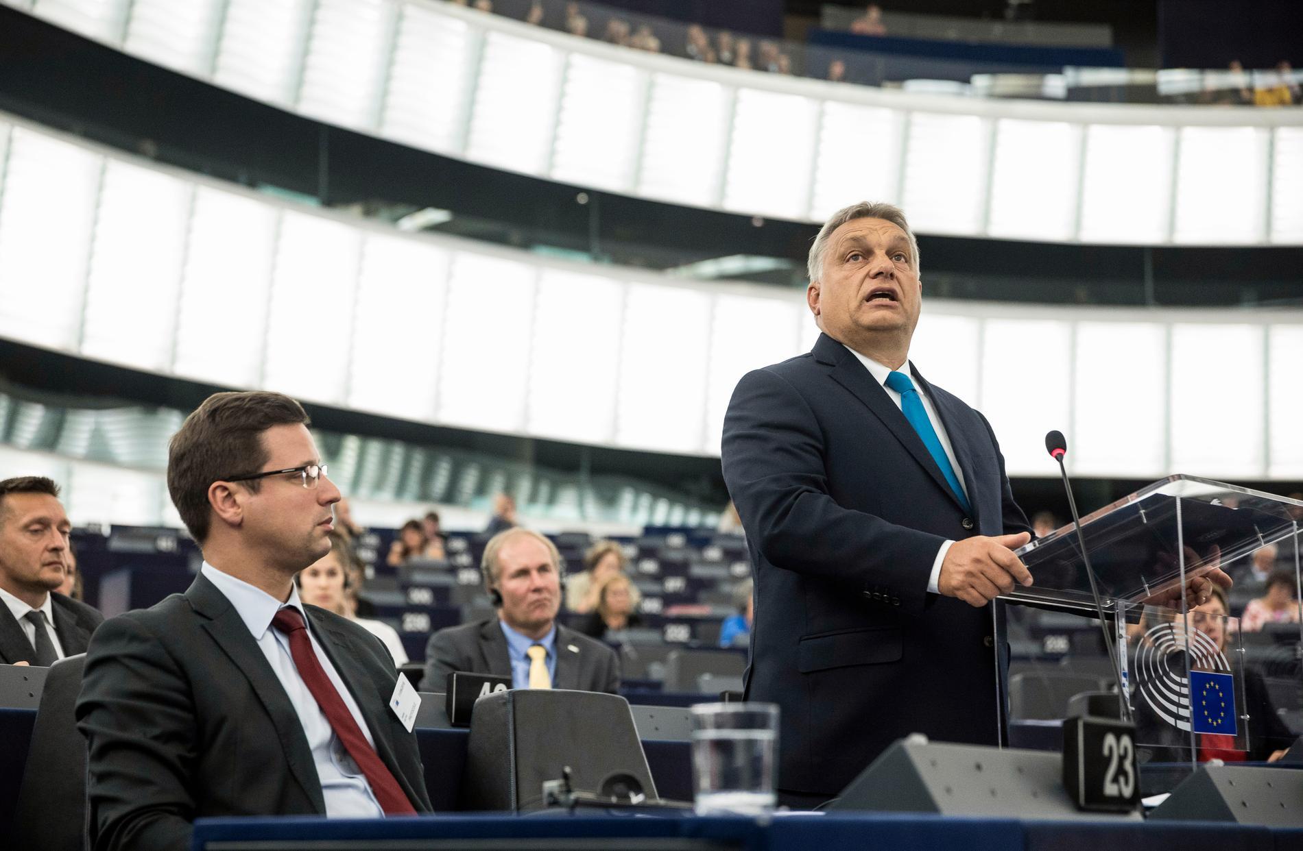 Ungerns premiärminister Viktor Orbán på plats i EU-parlamentet.