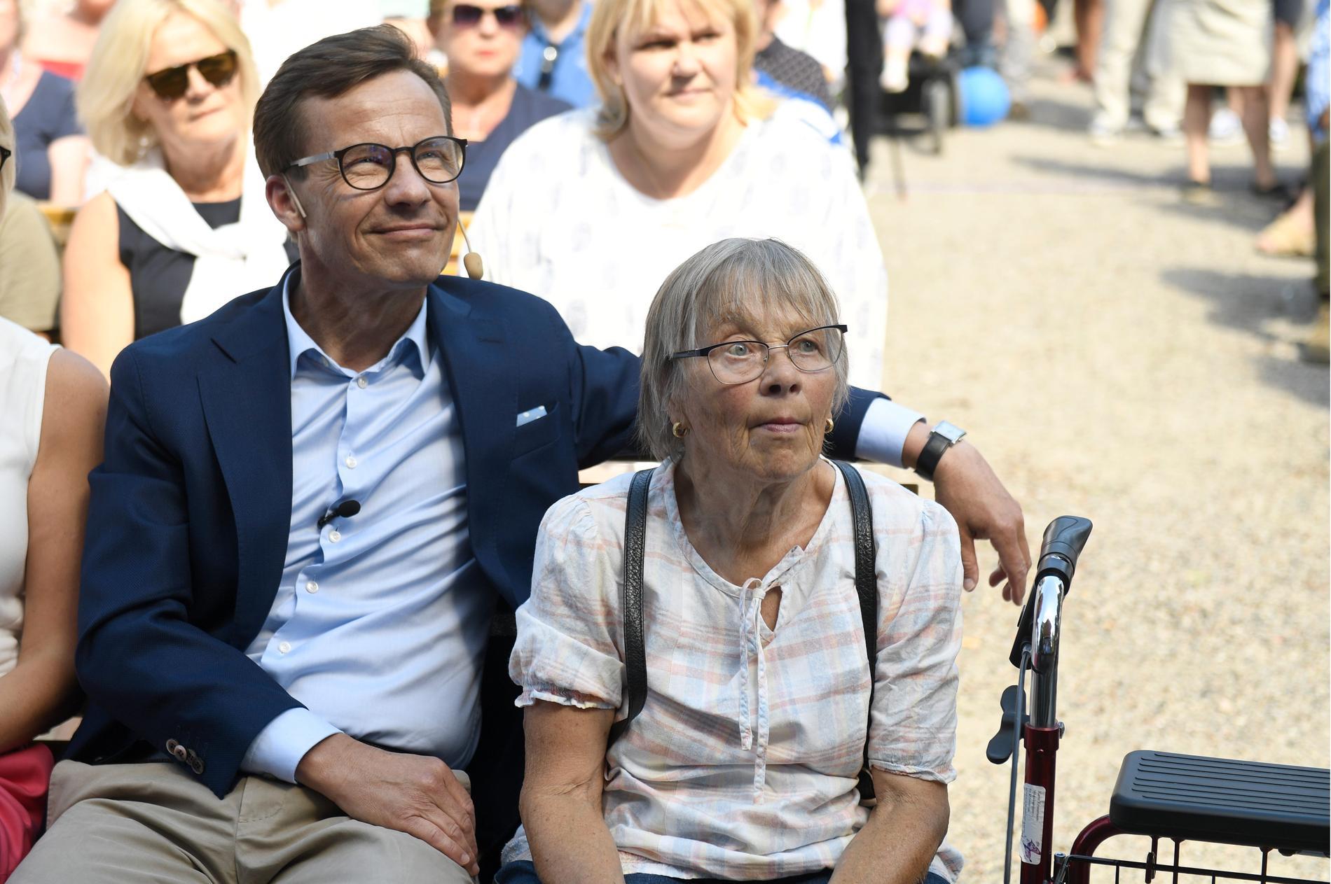 Ulf Kristersson tillsammans med mamma Karin i Strängnäs, 2018.