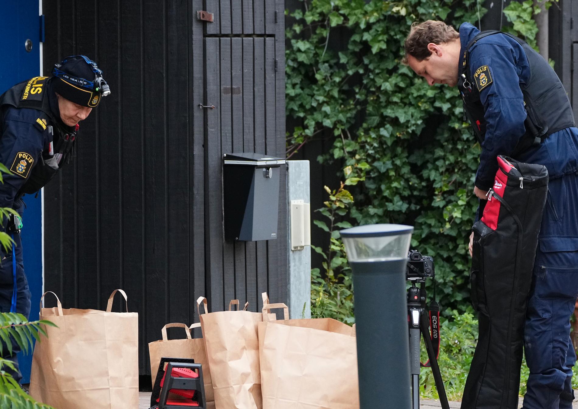 Polisens tekniker på plats under måndagsmorgonen.