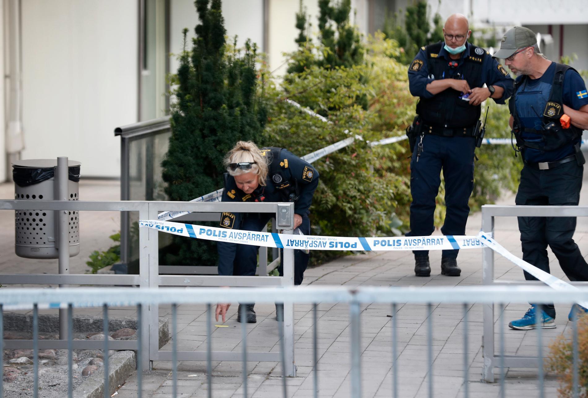 Polisens tekniker jobbar på platsen.