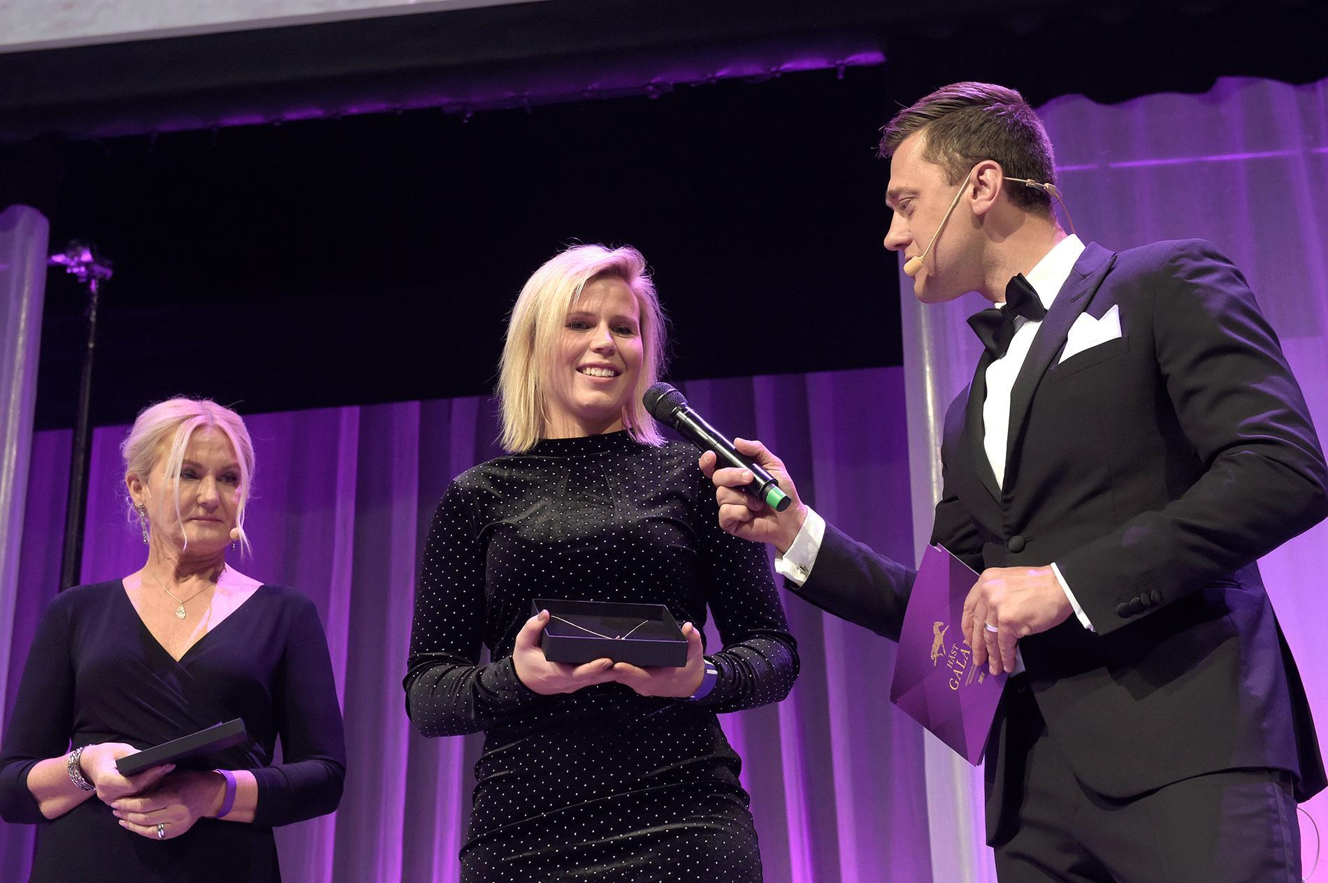 Emilia Leo har blivit både Årets Komet och mottagit Helen Anns Pris på Hästgalan.