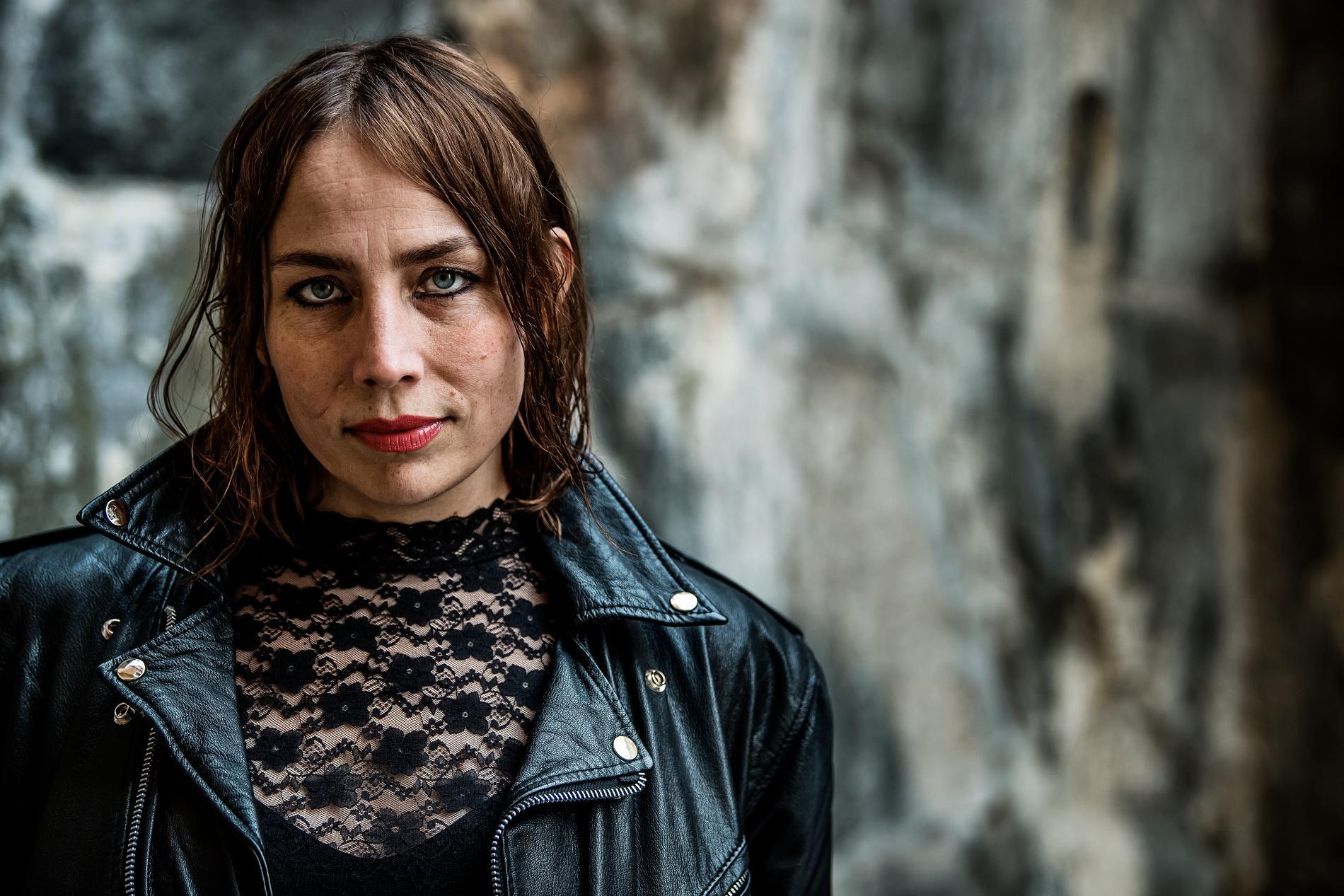 Jenny Wilson tvingades förvandla sin höstturné till en vårturné. Premiär blir förhoppningsvis på Debaser i Stockholm 6 mars.