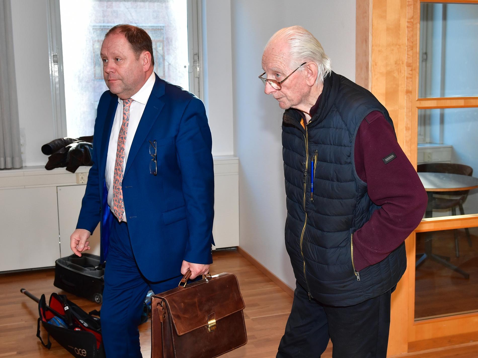 Johan Binninge, juridiskt ombud, och Esbjörn vid en muntlig förberedelse i tvistemålet om fastigheten med Ebba Busch.