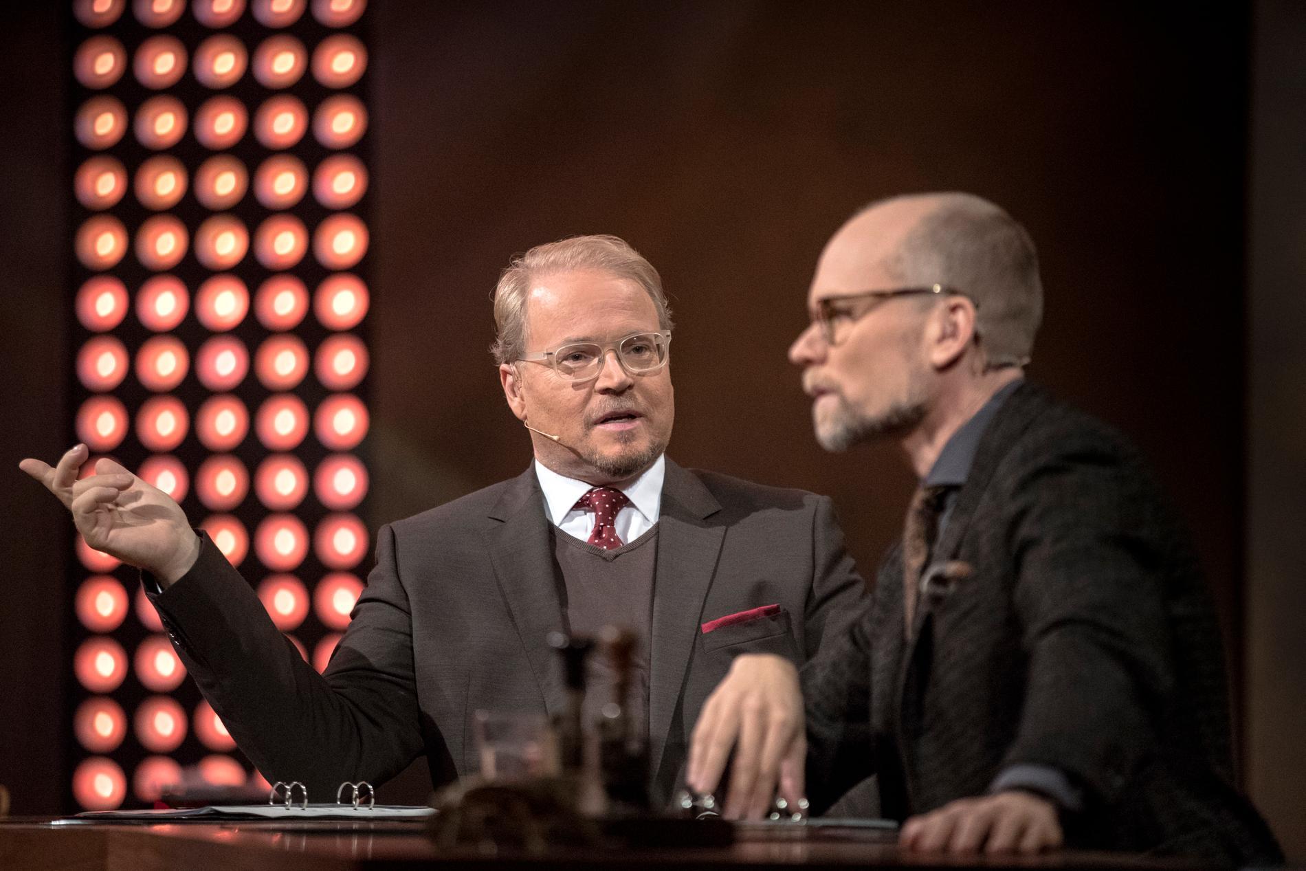 """Domaren Fredrik Lindström och programledaren Kristian Luuk i frågeprogrammet """"På spåret"""". Arkivbild."""