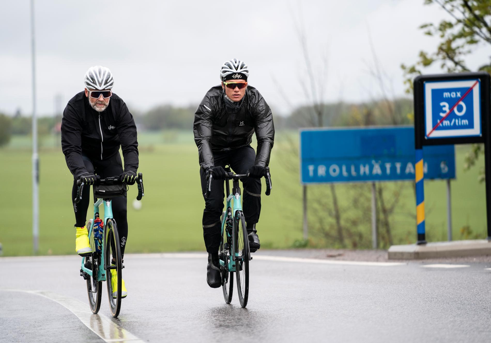 Skridskoåkaren Nils van der Poel (th) cyklade tillsammans med Lars Skantz. Arkivbild.