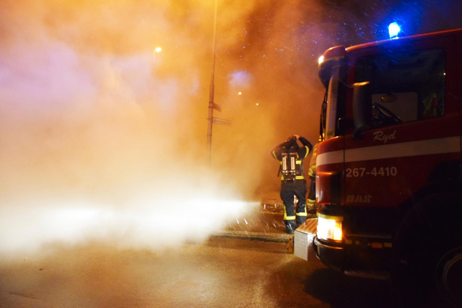 Pizzerian var stängd för kvällen när branden startade. Totalt deltog tolv fordon från räddningstjänsten och två ambulanser i insatsen.