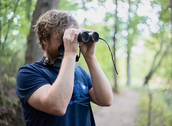 Erik Hansson är bland annat intresserad av fågelskådning.
