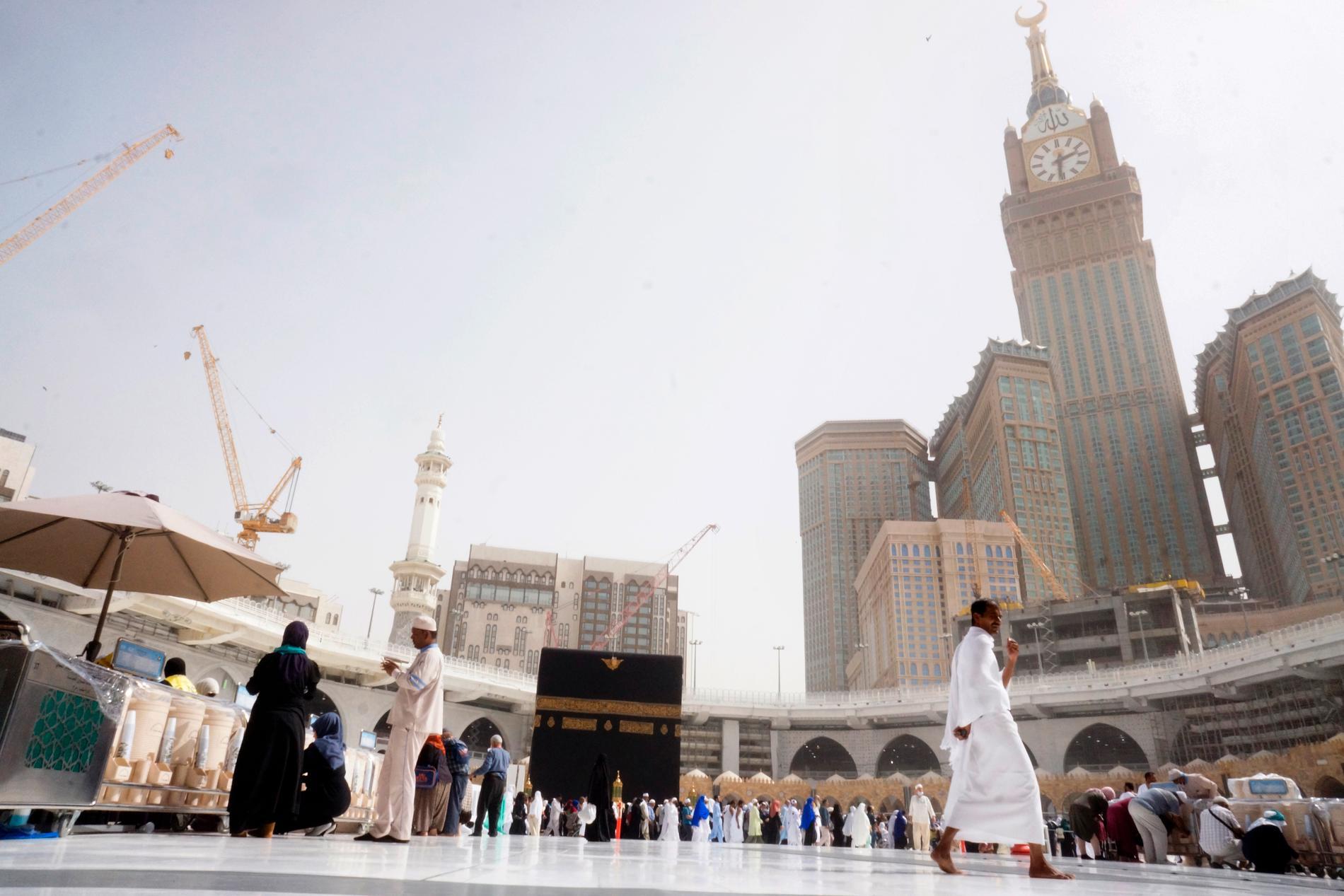 Saudiarabien stoppar vallfärder till de heliga platserna i Mecka och Medina. Bilden visar ett fåtal pilgrimer vid Kaba i Mecka, i måndags.