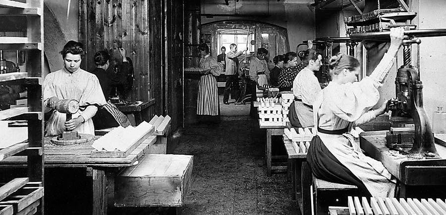 Tvålpressning på Barnängens tekniska fabriker på Södermalm 1894.