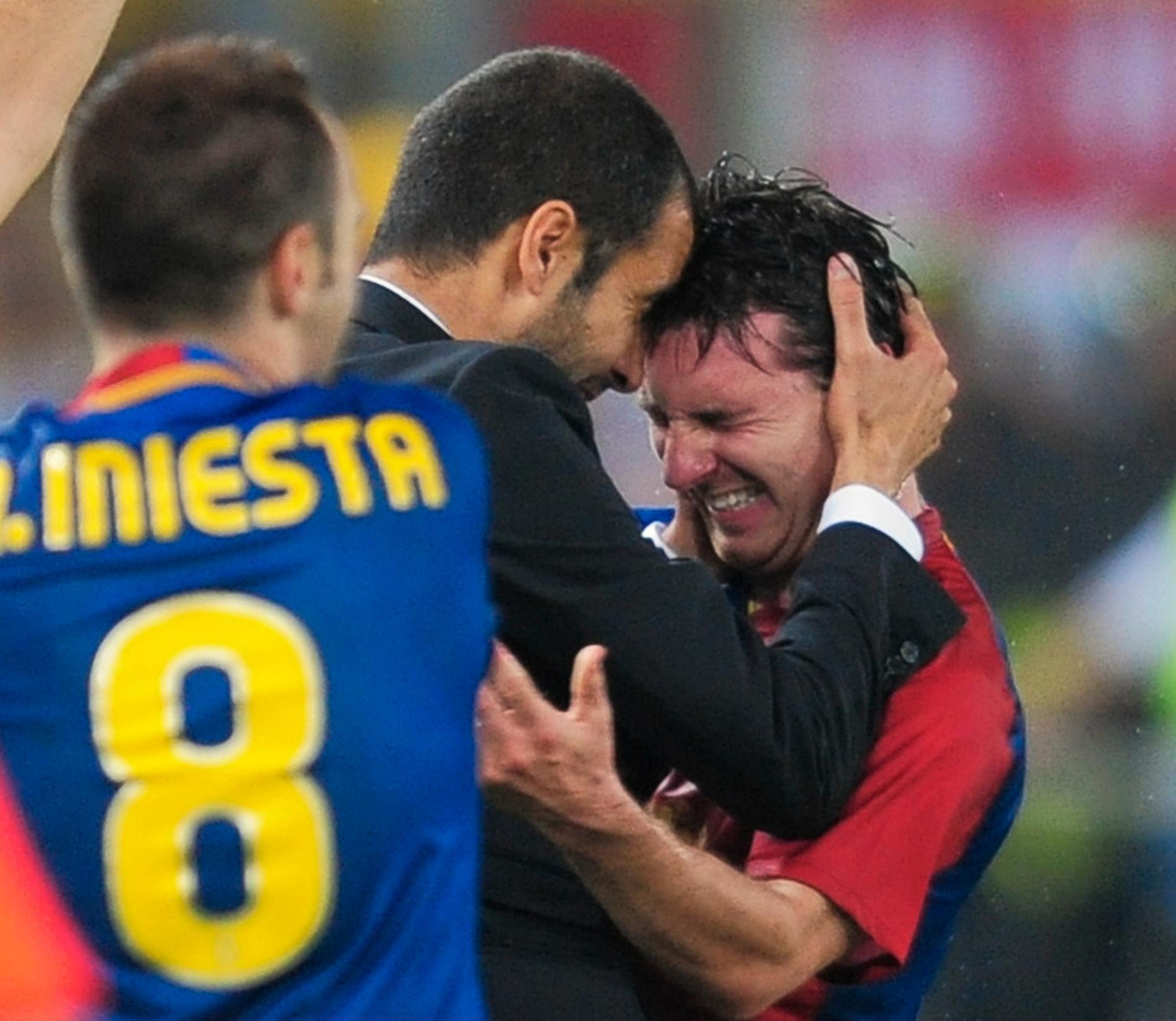 Det var då det. Barcelona har vunnit Champions League-finalen mot Manchester United 2009. Pep Guardiola kramar om Lionel Messi. På tisdagskvällen stöter de på varandra igen – nu på Parc des Princes i Paris. Arkivbild.