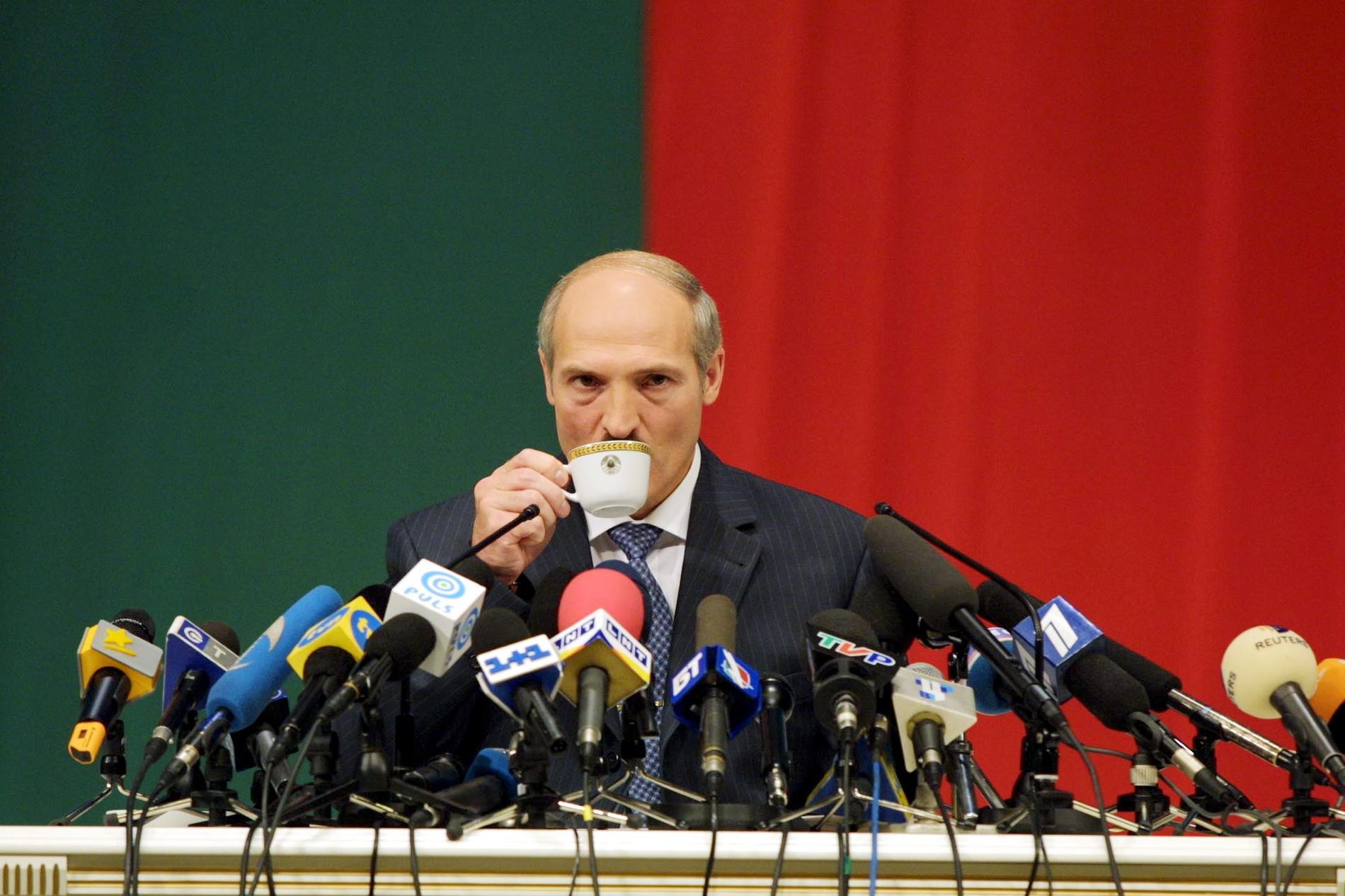 Stora demonstrationer kräver demokrati i Belarus, där Lukasjenko sitter kvar på presidentposten efter ännu ett riggat val.