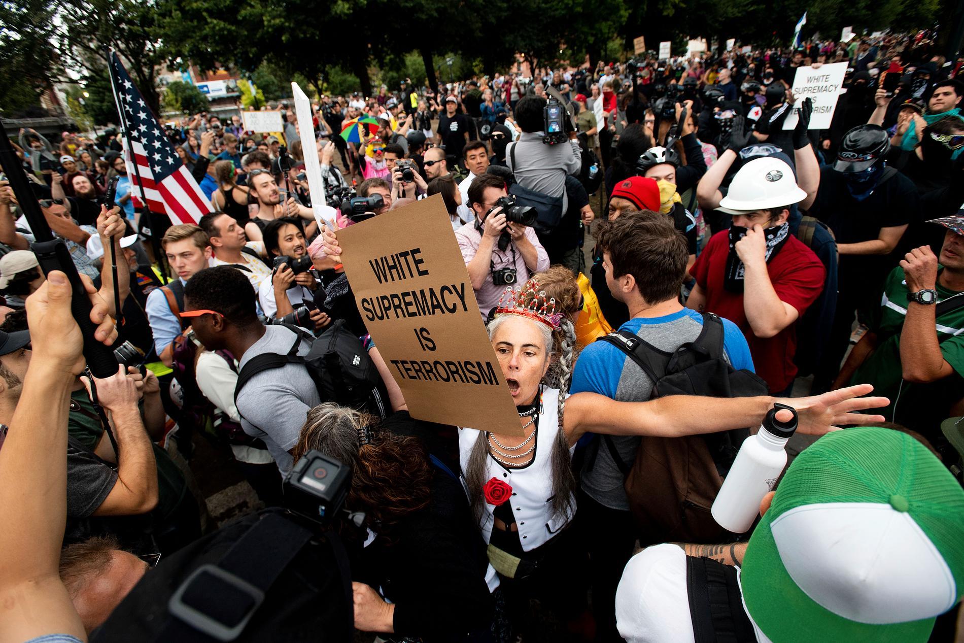 Motdemonstranter, varav en del tillhör de autonoma vänsterrörelsen Antifa, vid en högerextrem manifestation i Portland 2019. Arkivbild.