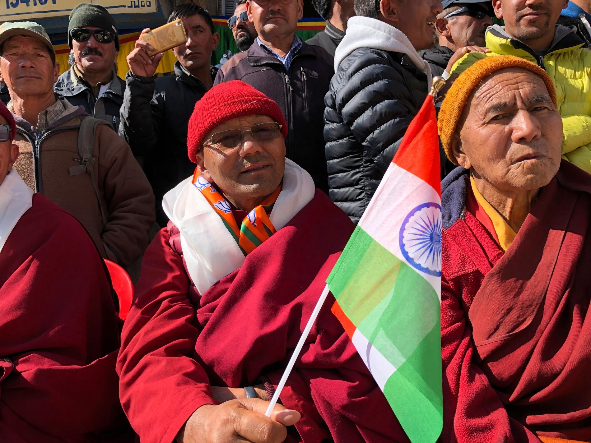 En man viftar med den indiska flaggan för att fira att Ladakh blivit en egen delstat i Indien.