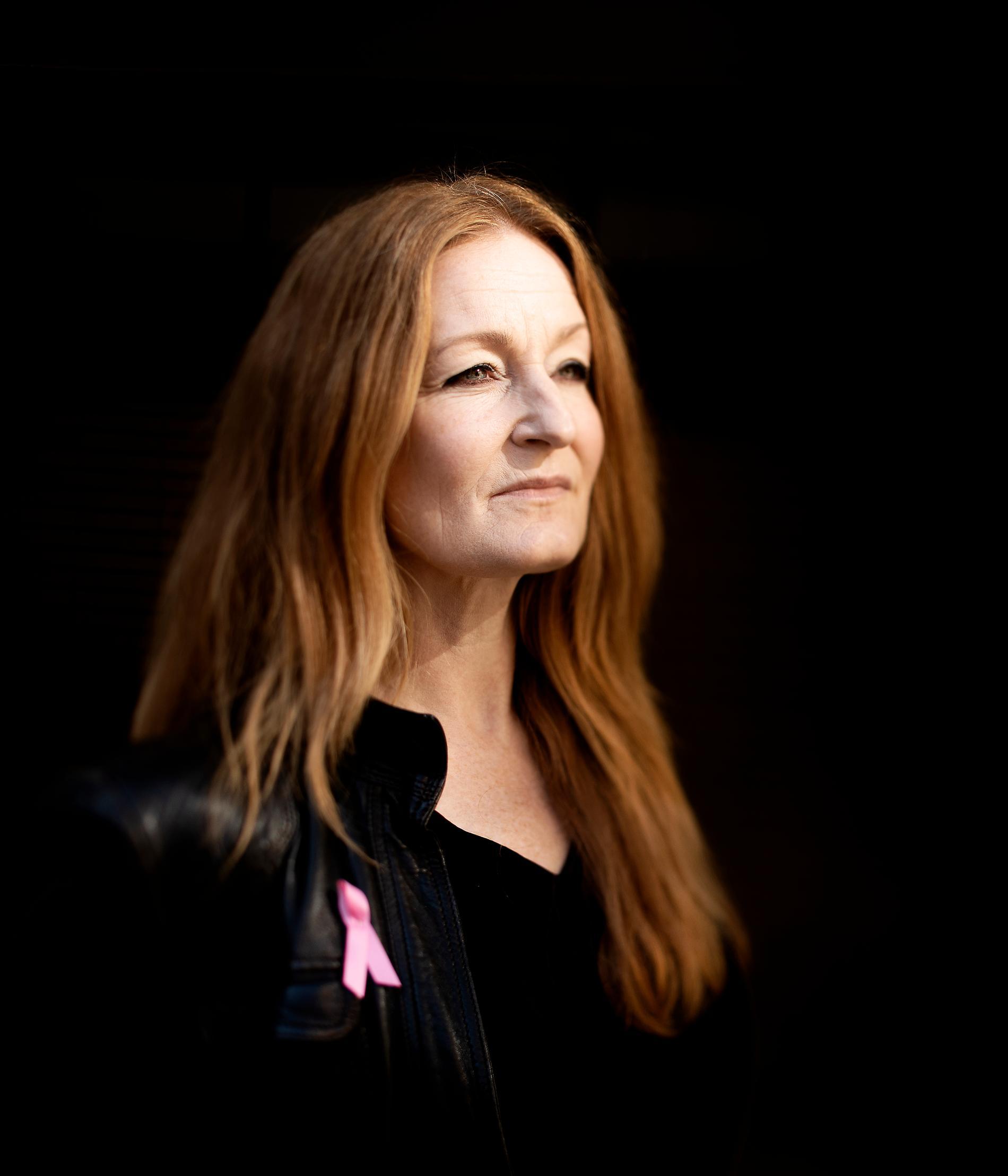 """""""Det var en chock"""", säger musikern Anna Stadling, 50.  Julen 2015 fick hon veta att hon hade bröstcancer, och hela tillvaron rasade."""