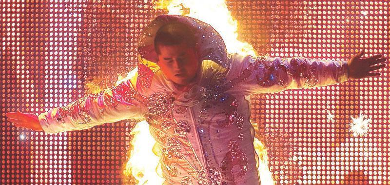 """Markoolios stuntman Viggo Hansson tar ingen skada i det galna numret. """"Jag blir knappt varm"""","""