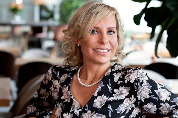 Lina Sjölund Gröndahl tycker inte att mannen gör rätt när han slår på kvinnans stol.