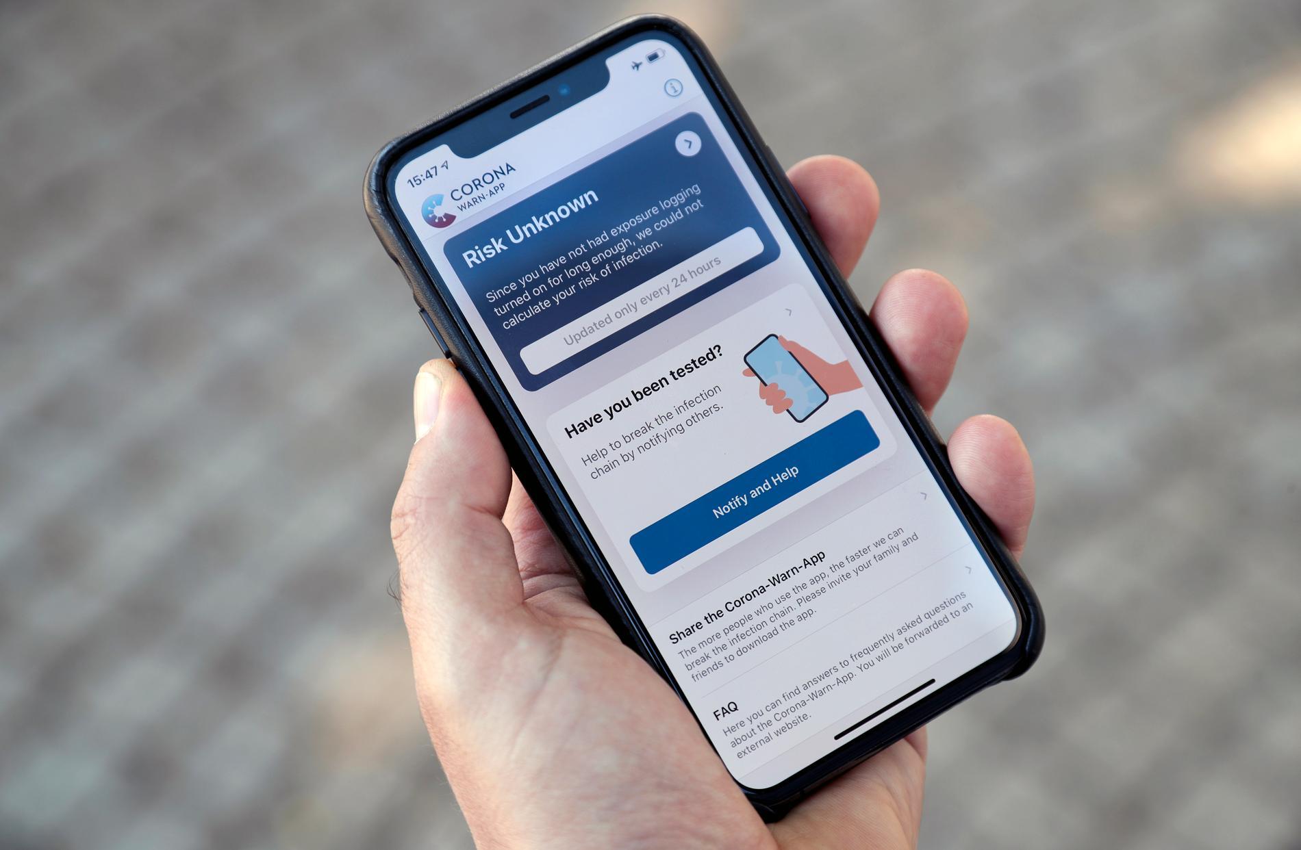 En person kollar på en smittspårningsapp i mobiltelefonen. Arkivbild
