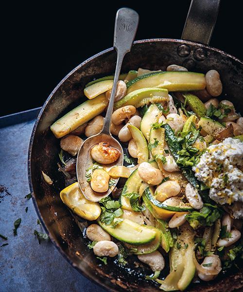 Allt i ett-rätt: Smöriga kokta bönor, grönsaker och krämig färskost.