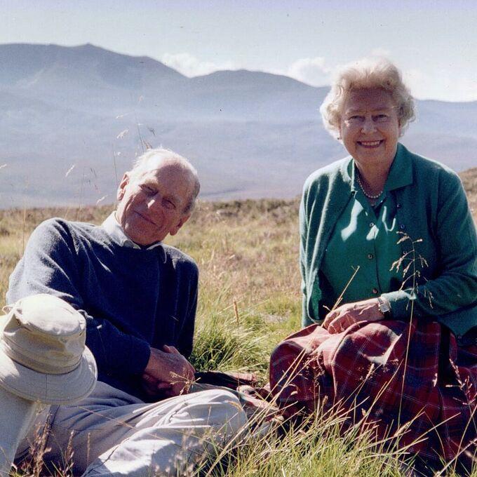 """Drottning Elizabeth har släppt ett hittills okänt foto på sig själv och sin älskade prins Philip, inför makens begravning i dag. """"Drottningen önskar dela med sig av detta privata foto, taget med hertigen av Edinburgh i Skottland 2003"""", skriver det brittiska hovet på Twitter."""
