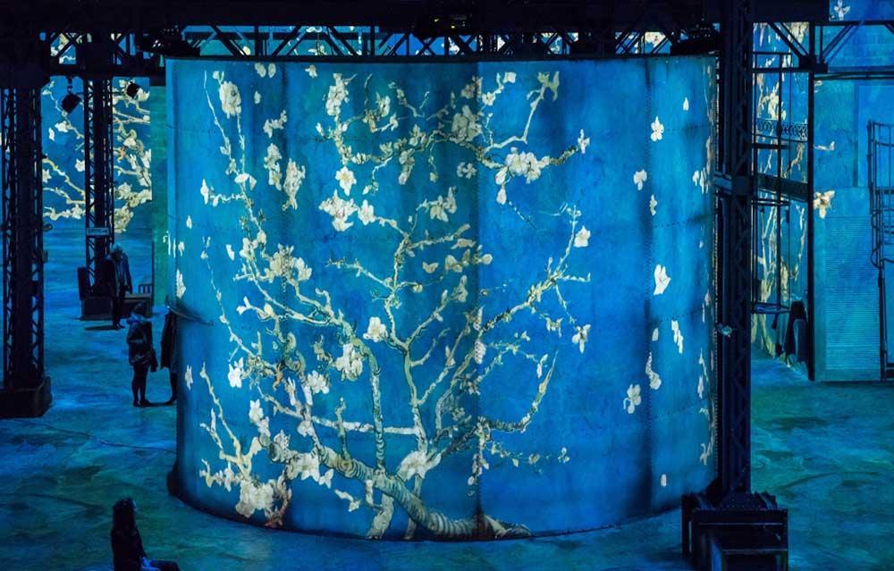 Besökarna får uppleva både konstverken och specialskriven musik i Atelier des Lumières.