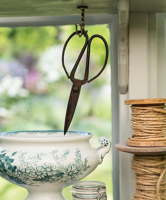 Soppterrinen är ett loppisfynd, saxen och trådrullarna är köpta i en trädgårdsbutik.