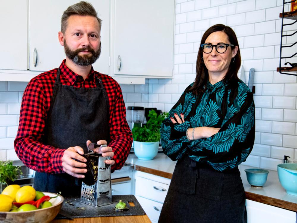 TVÅ HALVEGO. Matts och Eva Hildén bjuder på många rätter där de dragit ner på köttmängden. De vill få köttälskare att bli nyttigare utan att tappa matglädjen.