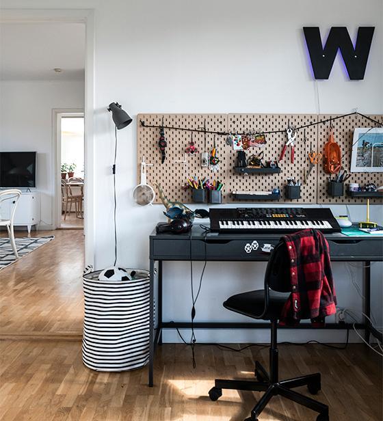 I Walters rum hänger en anslagstavla från Ikea. Bokstaven W, som även är en lampa, är egentillverkad.