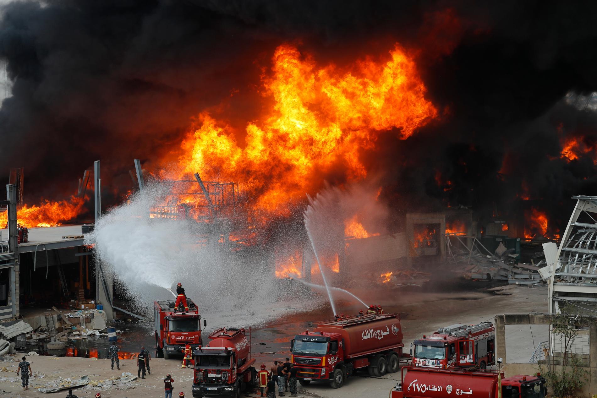 Det intensiva släckningsarbetet efter explosionen.