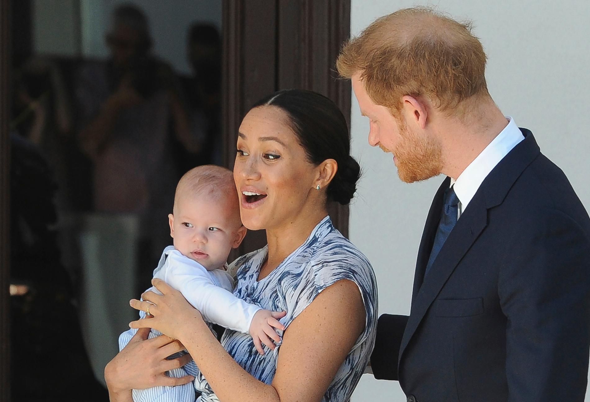 Archie, här bara några månader gammal, tillsammas med Meghan och Harry.