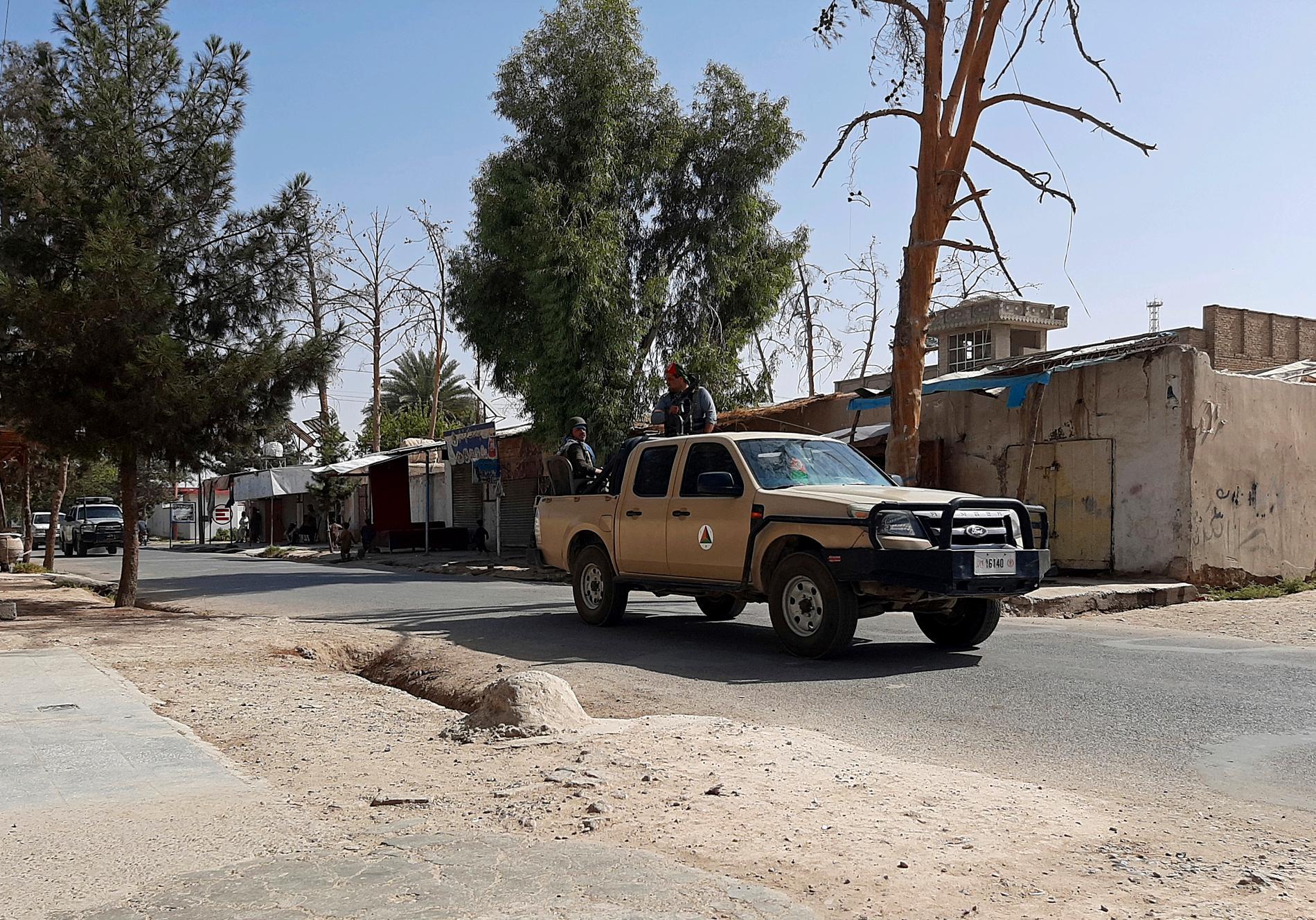 """Regeringsstyrkorna som patrullerar Lashkar Gahs öde gator har uppmanat invånarna att fly staden """"några dagar"""" för att man ska kunna slå tillbaka talibanerna."""