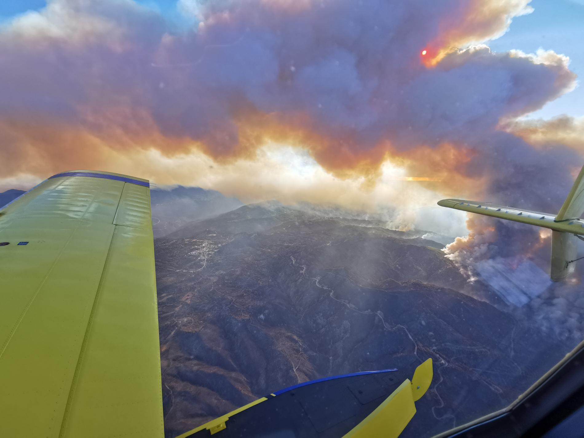 Bild tagen från ett av de svenska brandplanen som är på plats för att hjälpa till att bekämpa bränderna i Grekland.