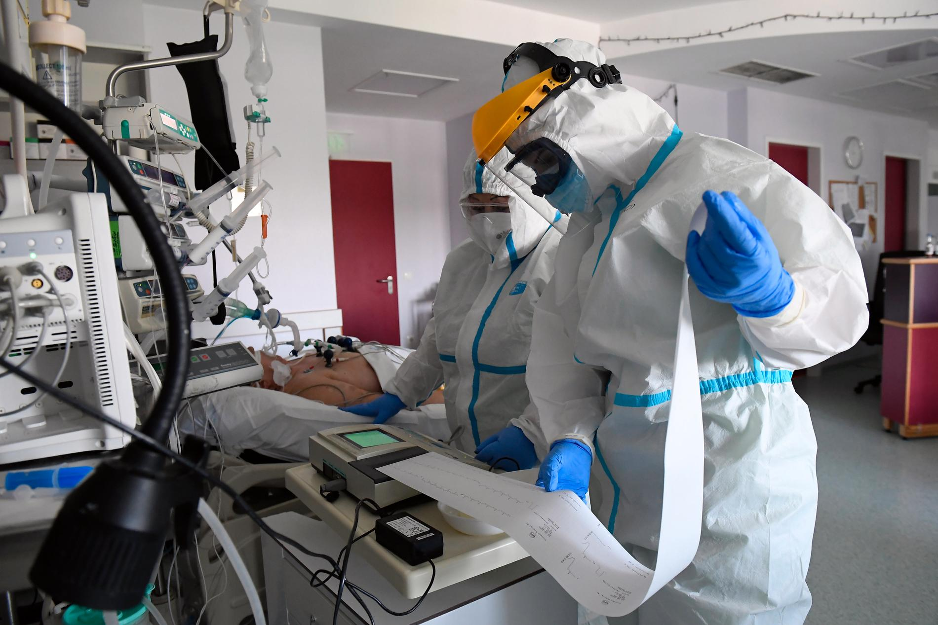 Sjuksköterskor besöker en intensivvårdspatient.