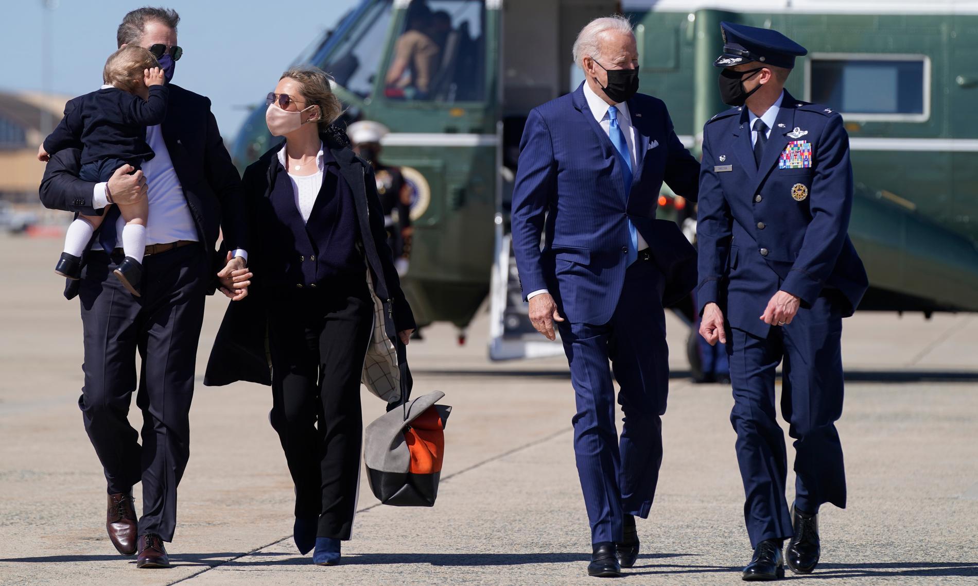 President Joe Biden påväg mot Air Force One tillsammans med sonen Hunter Biden, Hunters fru Melissa Cohen och sonen Beau.