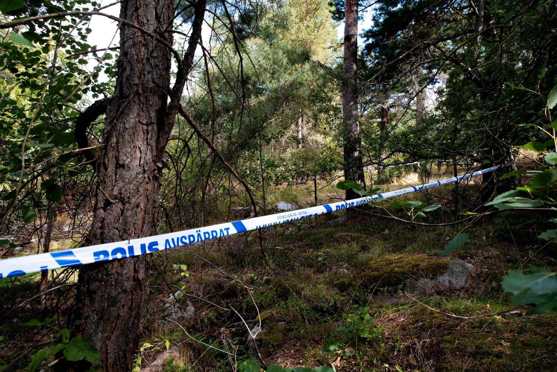 Avspärrningar vid kyrkogården i Solna.