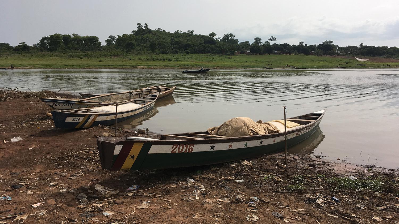 Tre fiskebåtar ligger förankrade vid strandkanten. Det är i de här båtarna som barnen åker ut och fiskar varje morgon.