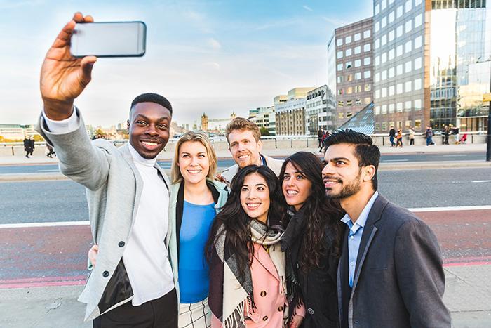 Många tycker det är irriterande när turister tar selfies.