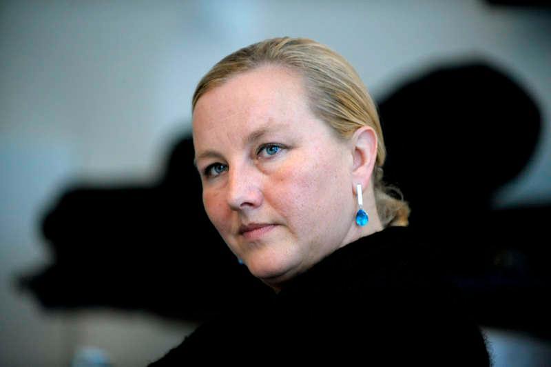 speciell ingång  Ewa Björling gick genom en ingång för statstjänstemän på Bromma flygplats. När det pep i säkerhetsbågen blev hon visiterad, och tyckte att bemötandet var anmärkningsvärt.