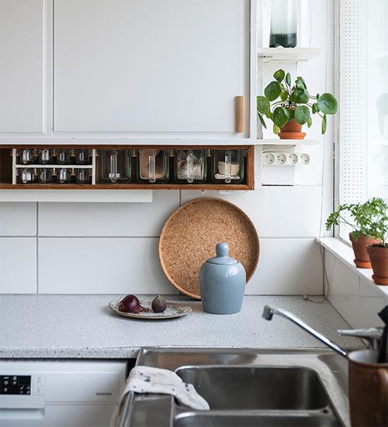 Köksskåpen var från början öppningsbara från såväl kök som vardagsrum.