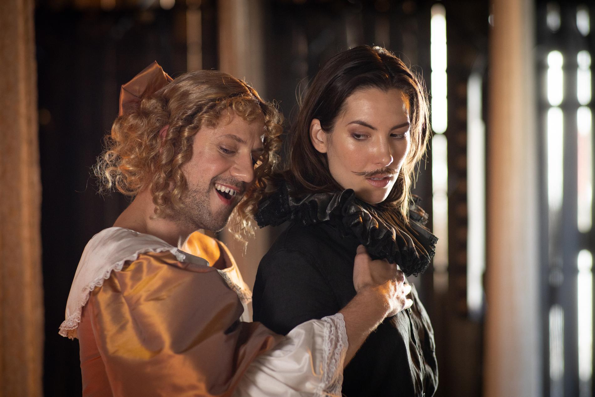 """Anders Jacob och Léonie Vincent i Virginia Woolfs """"Orlando"""" på Nynäs slott."""