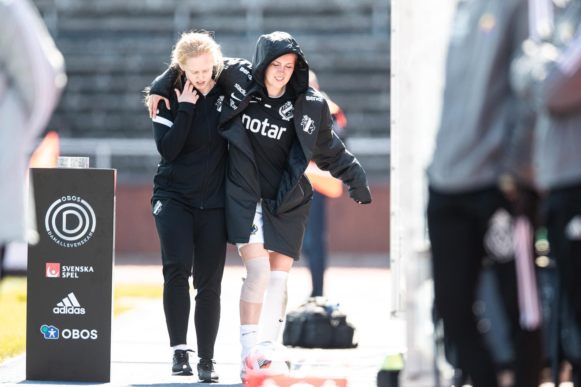 Adelisa Grabus får hjälp efter skada inför derbyt mellan Djurgården och AIK.