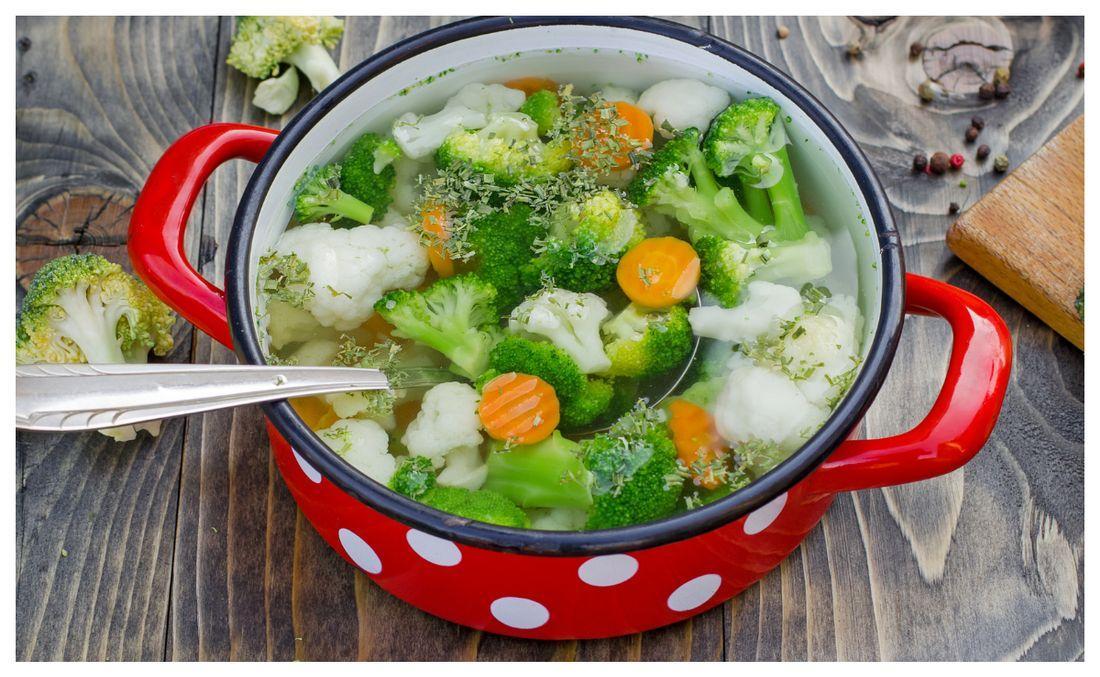 Grönsakssoppa – perfekt för alla grönsaksrester.