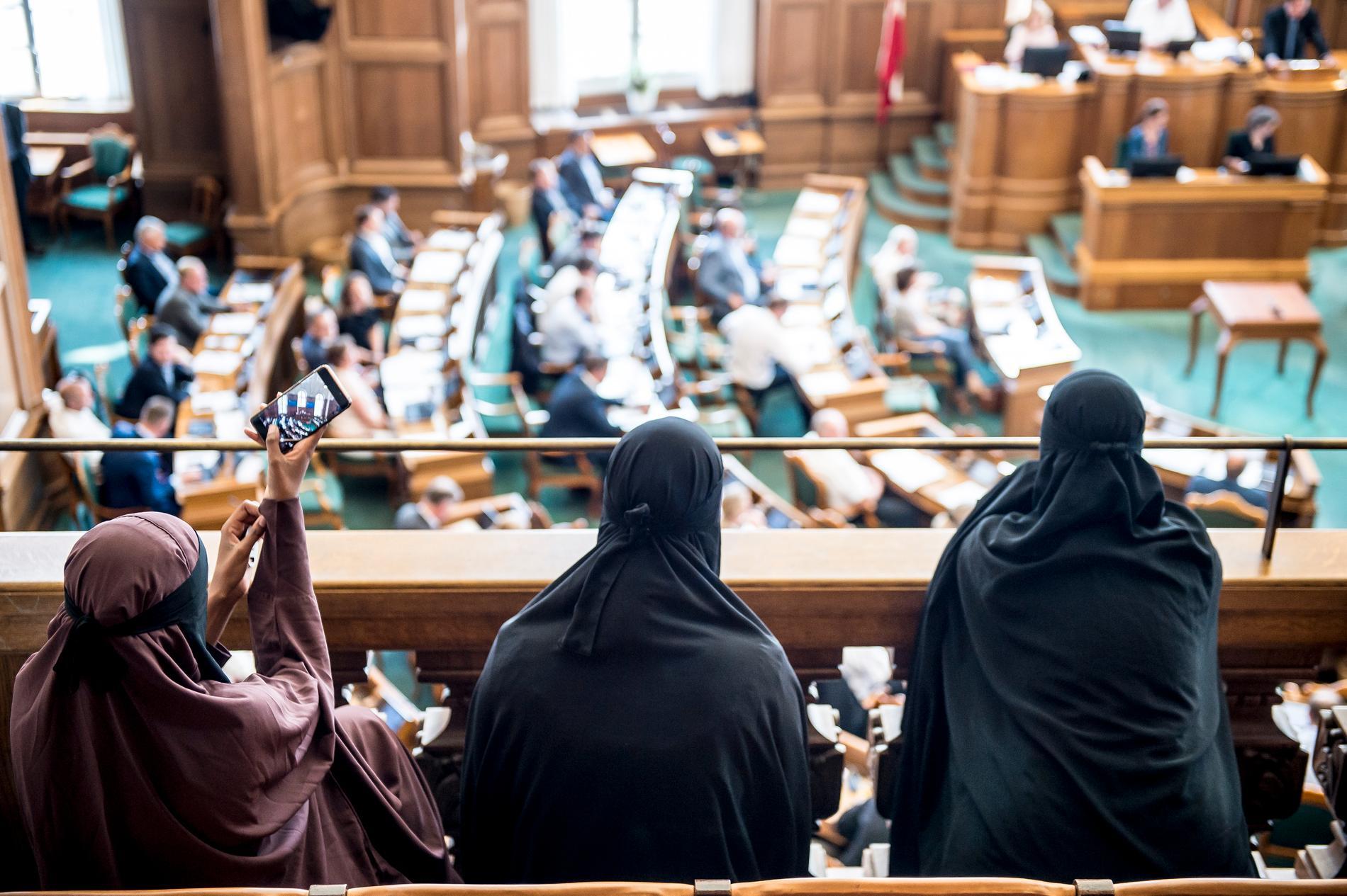 Folketinget i Danmark har röstat för ett förbud för niqab och burka. Förbudet börjar gälla redan den 1 augusti.