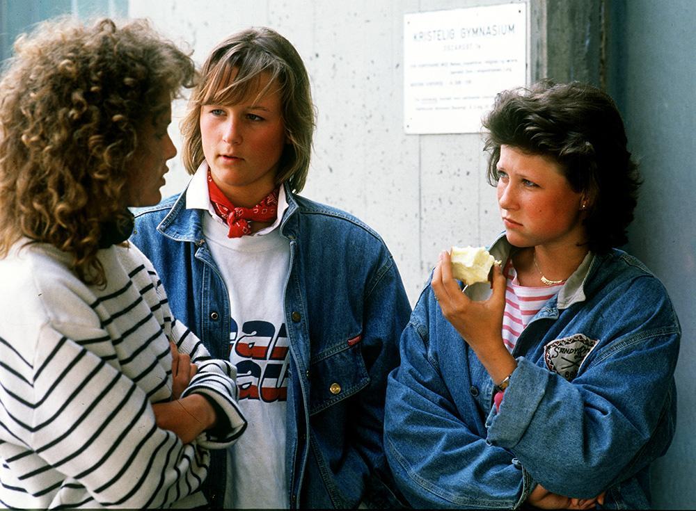 Prinsessan Märtha Louise med två kompisar under en rast på Kristelig Gymnasium i Oslo.
