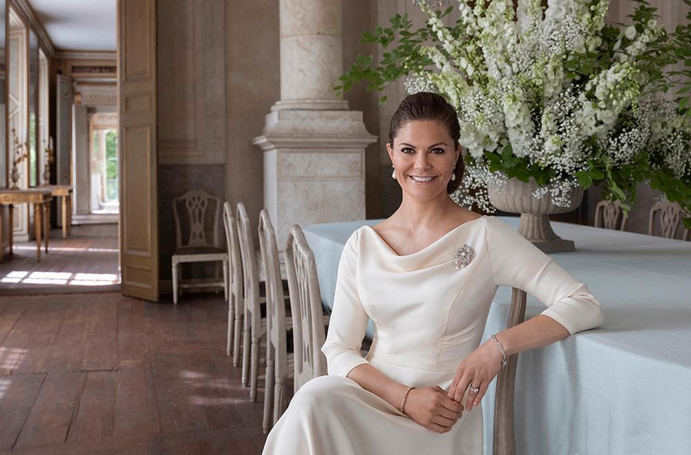 Kronprinsessan Victoria är hertiginna av Västergötland och Sveriges framtida drottning. Hon bor på Haga slott tillsammans med prins Daniel och barnen Estelle och Oscar.