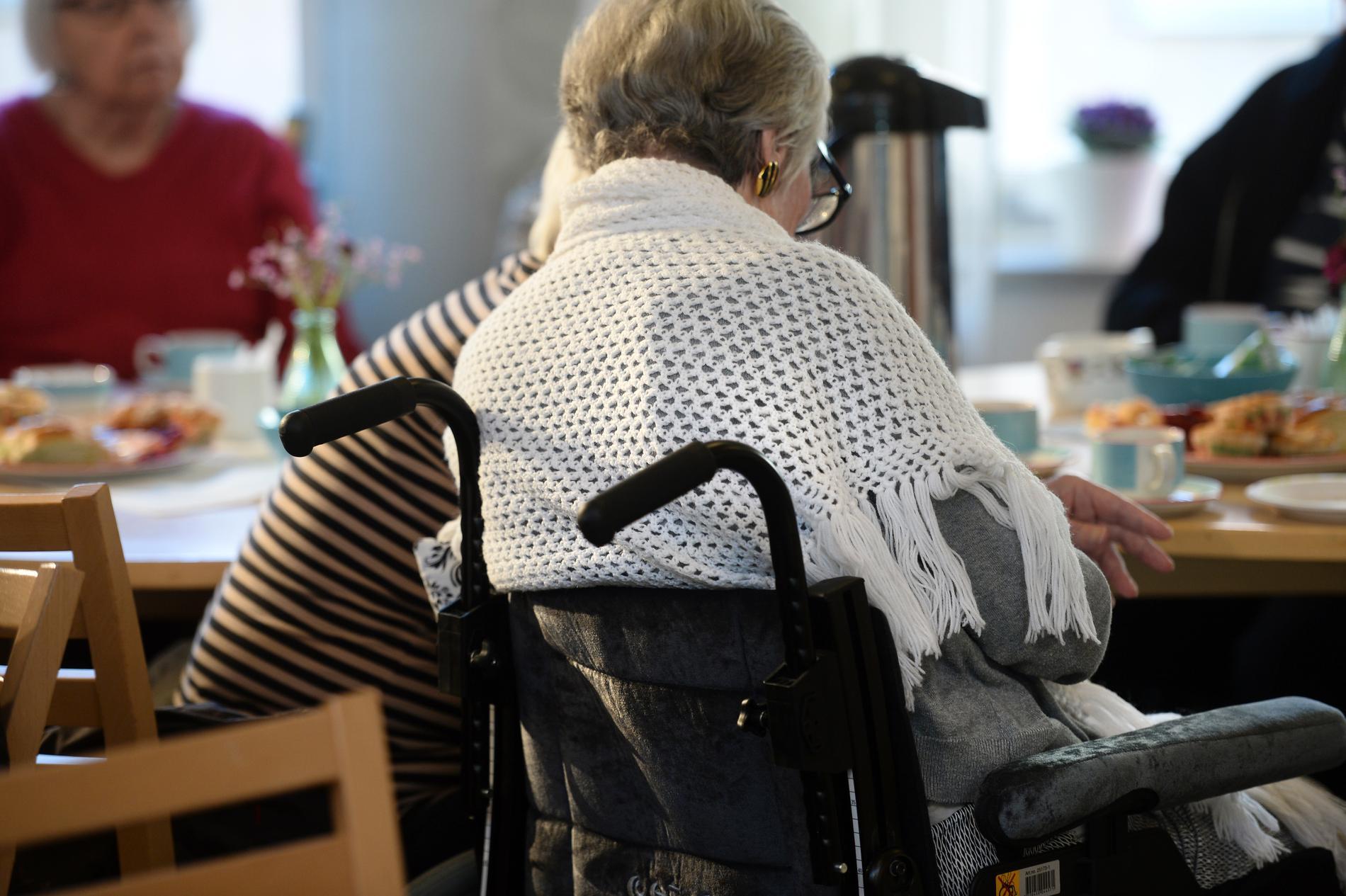 Flera äldreboenden har återigen drabbats av utbrott av corona – trots att de äldre är vaccinerade.