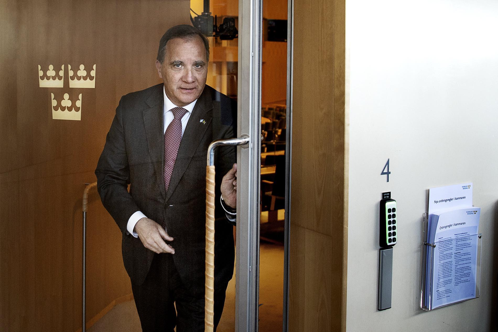 Stefan Löfven (S) lämnar frågestunden i kammaren i riksdagen.
